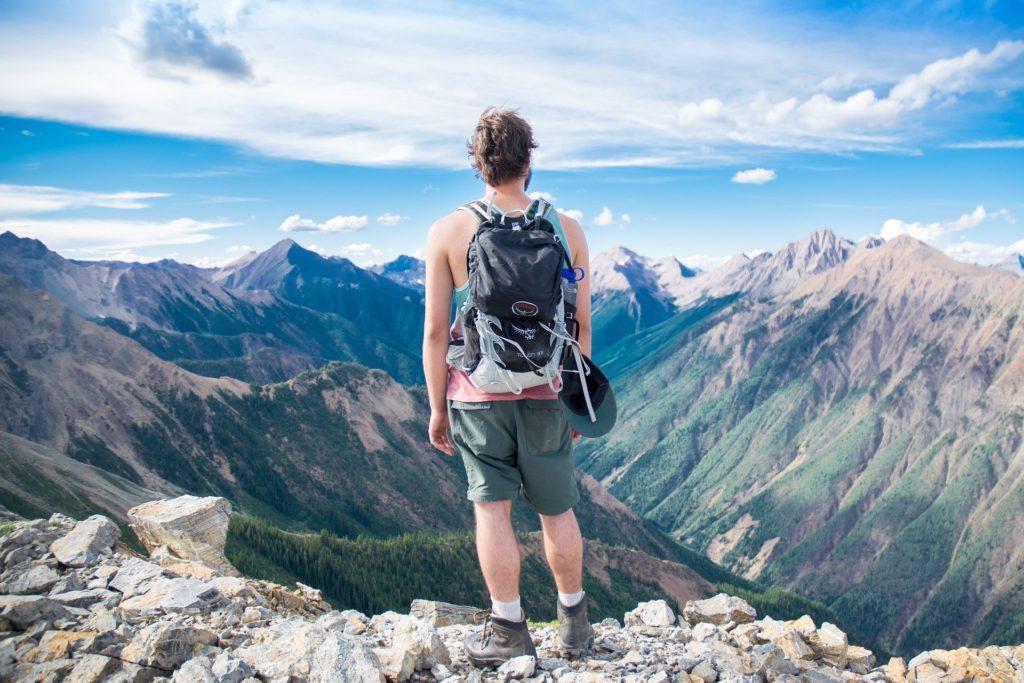 絶景を前に、バックパックを背負った男性の後ろ姿