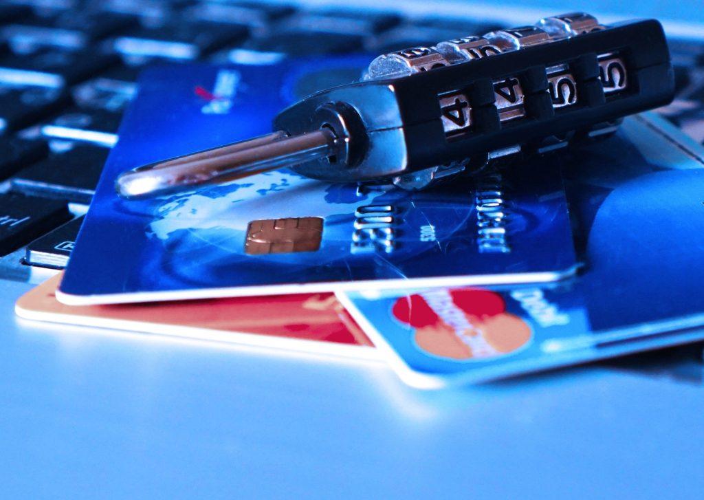 クレジットカードと南京錠