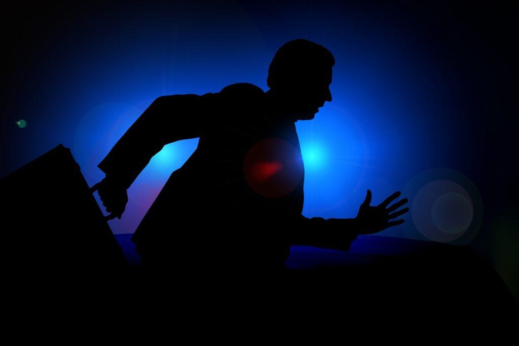 走っている男性の影