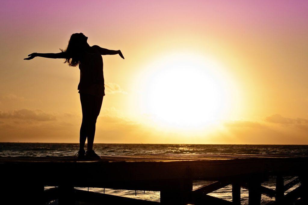 太陽を浴びる女性