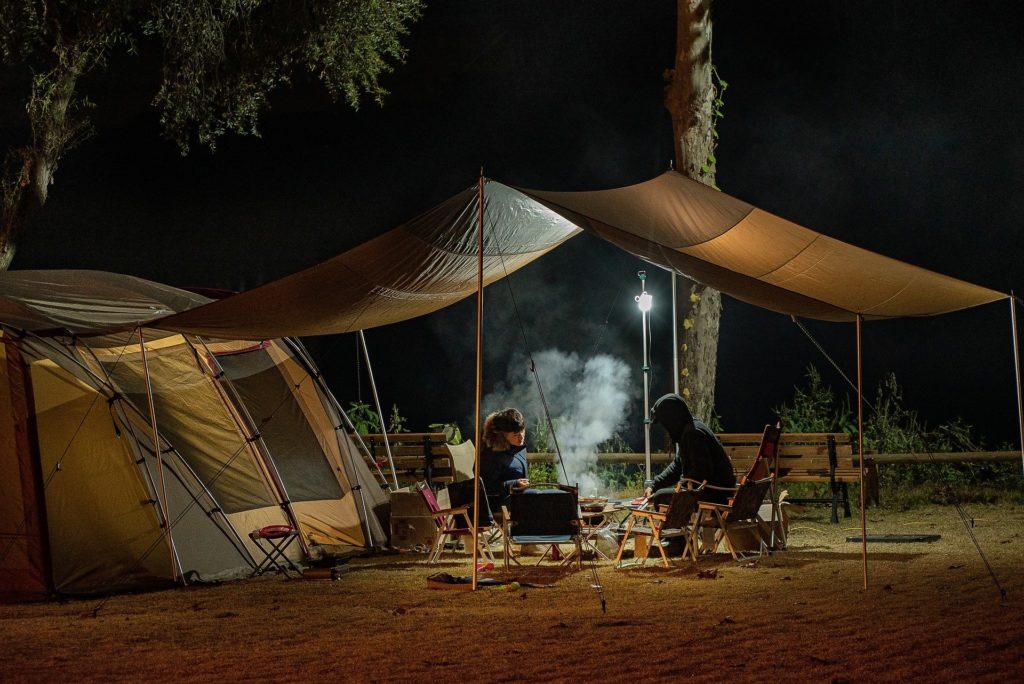テントを張りキャンプをしている風景