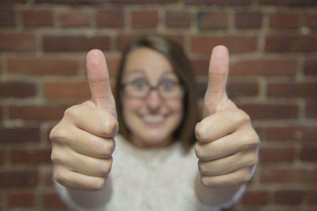 両手とも、親指を上げてgoodサインをしている女性