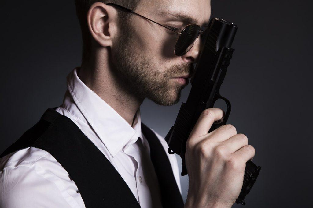 銃を持つ男性