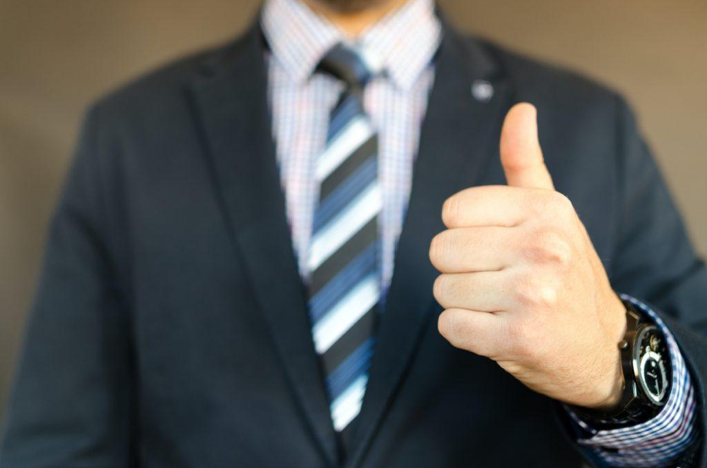 スーツを着た男性のgoodサイン