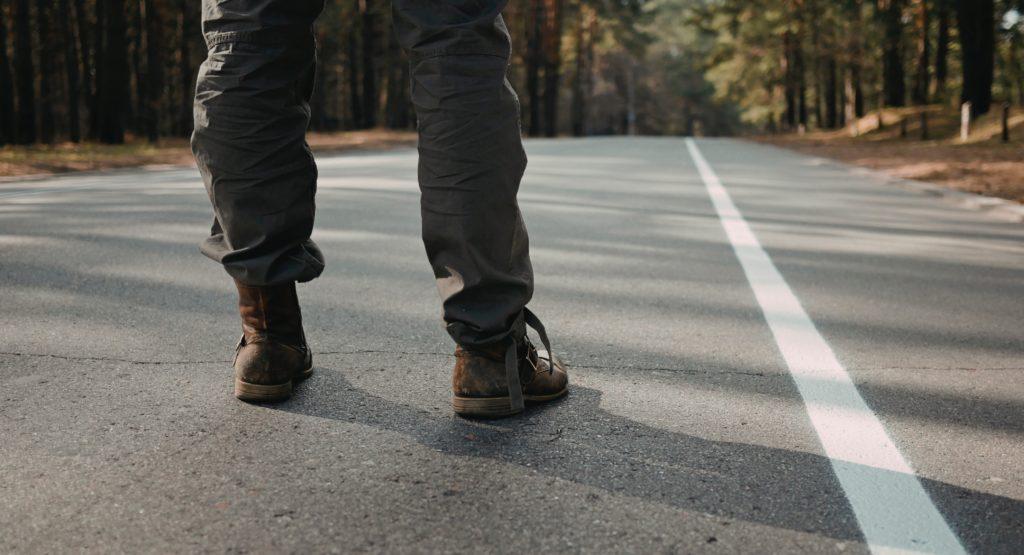 道路に立つ男性の足元