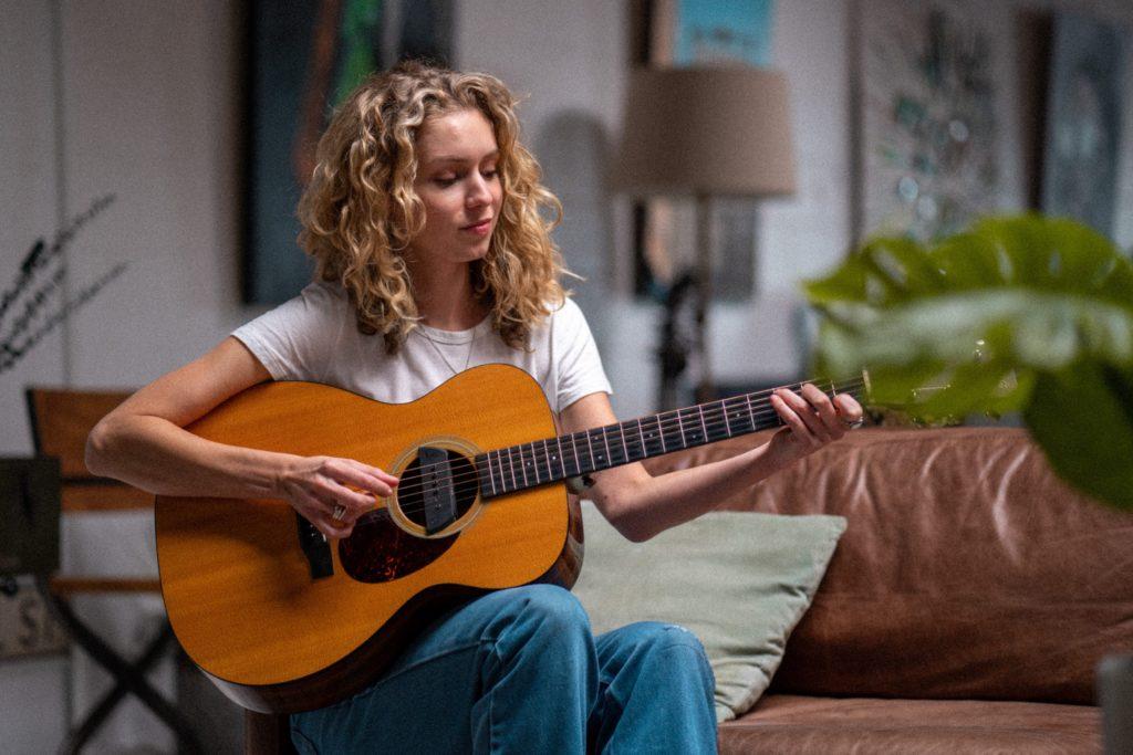 ギターを演奏する女性