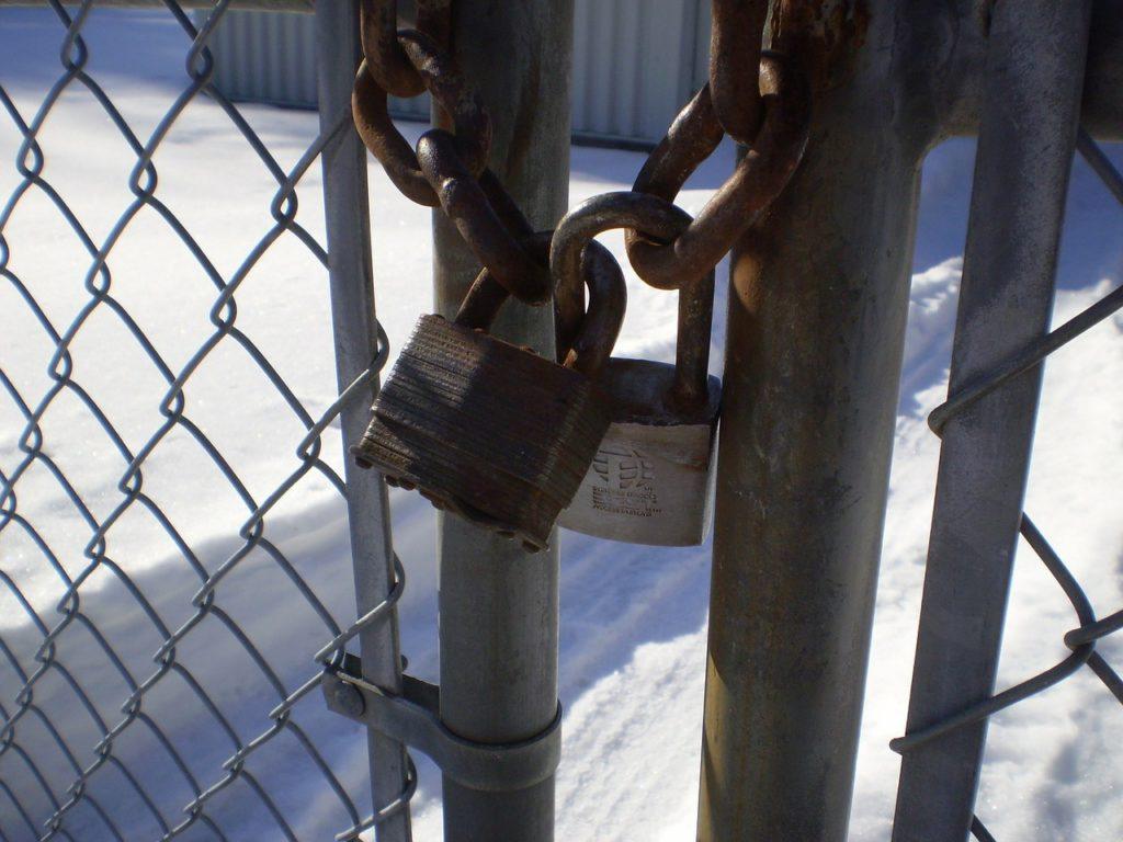 南京錠で締められた扉