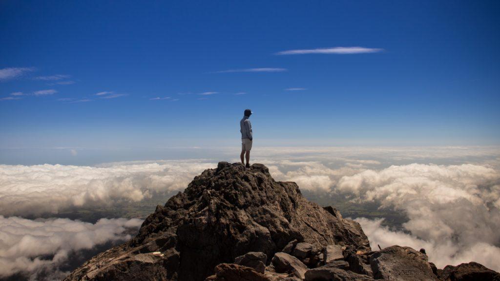 雲海をバックに立つ男性