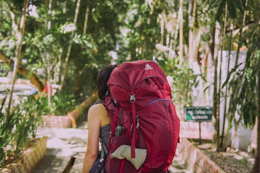 バックパックを背負う女性