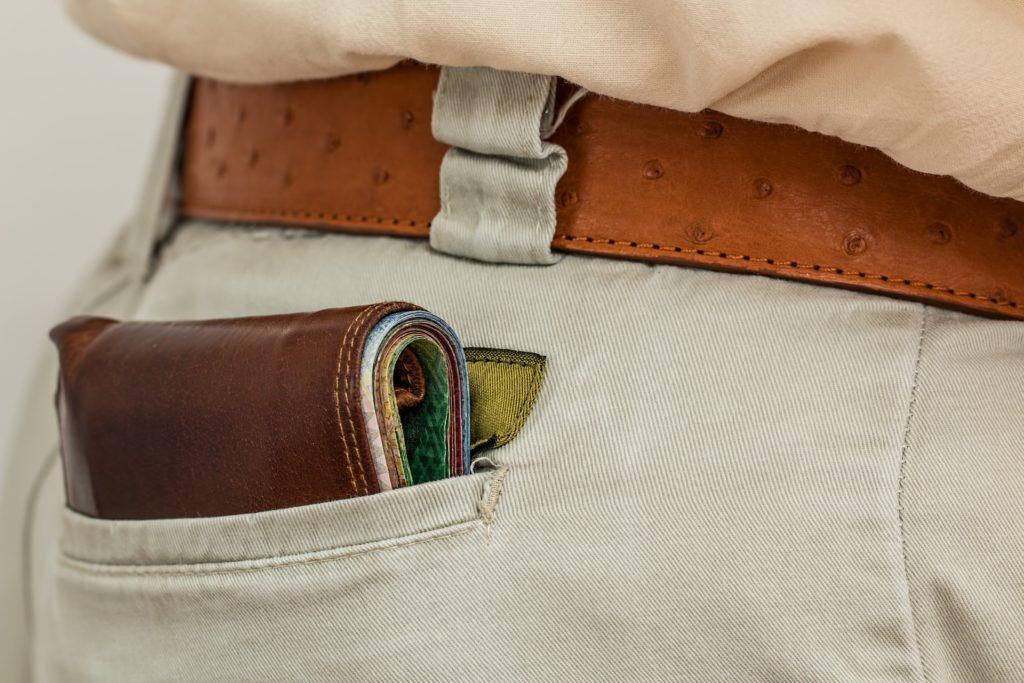 後ろポケットに財布を入れている男性